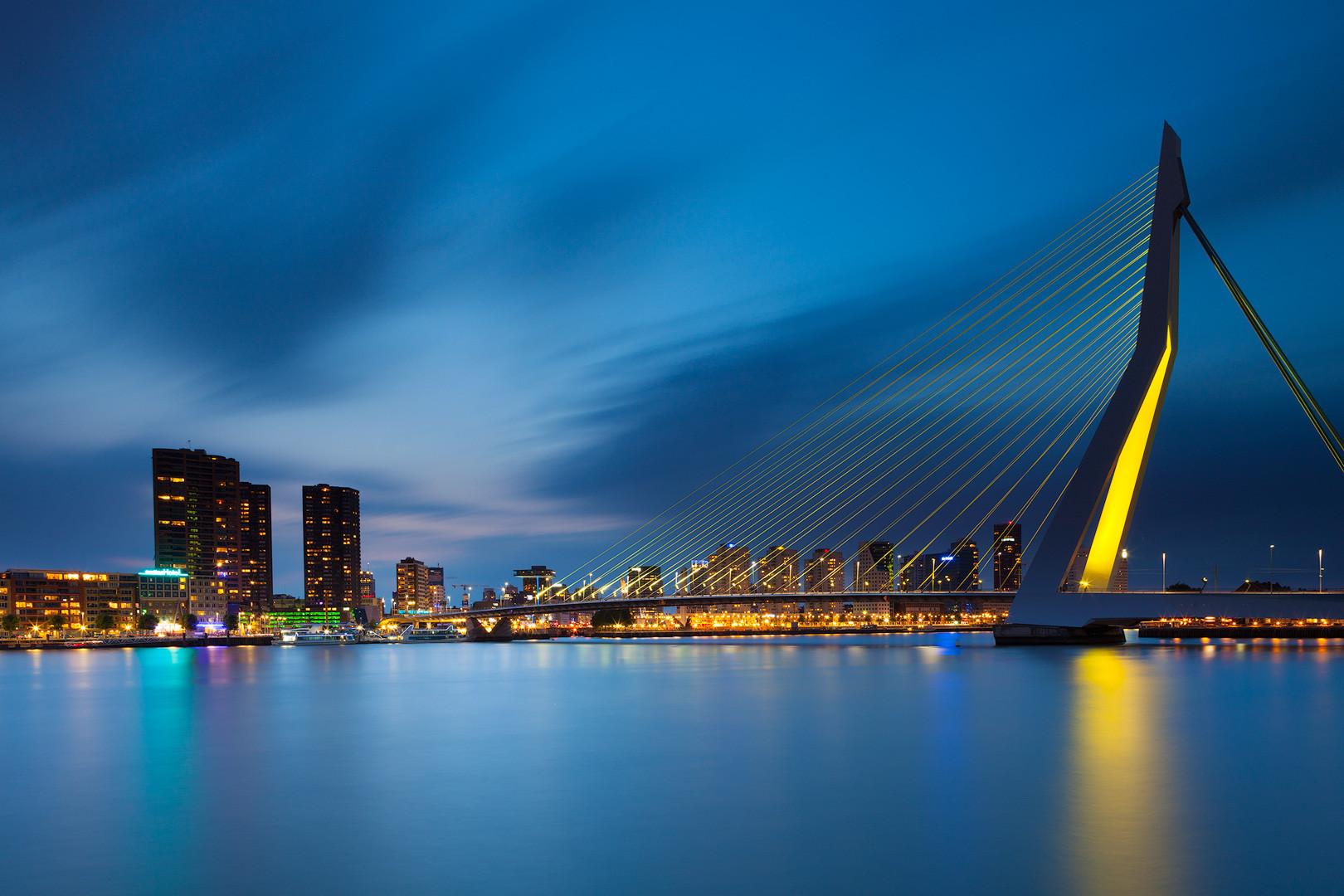 Een sityscape van Rotterdam met de Erasmusbrug