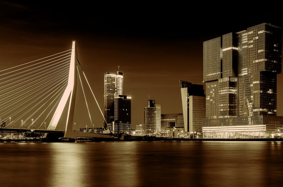 Foto-Erasmusbrug-Rotterdam-skyline-stad