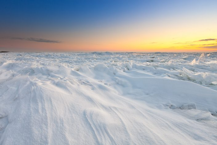 Een bevroren IJsselmeer doet bijna denken aan arctische gebieden. Tegenwoordig een on-Nederlands schouwspel.