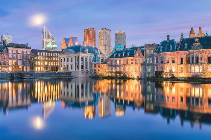 De Tweede Kamer en het Mauritshuis weerspiegelen in de Hofvijver in Den Haag