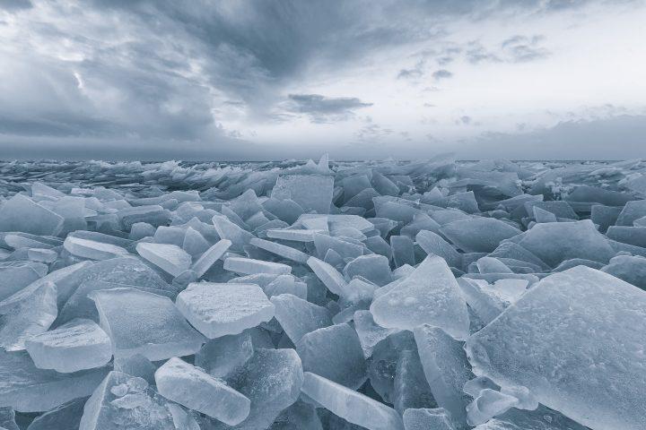 Winter met kruiend ijs op het IJsselmeer bij Stavoren in Friesland