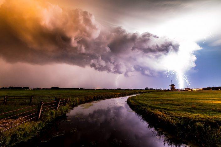 Onweer boven het Landschap in Groningen op een warme zomer avond