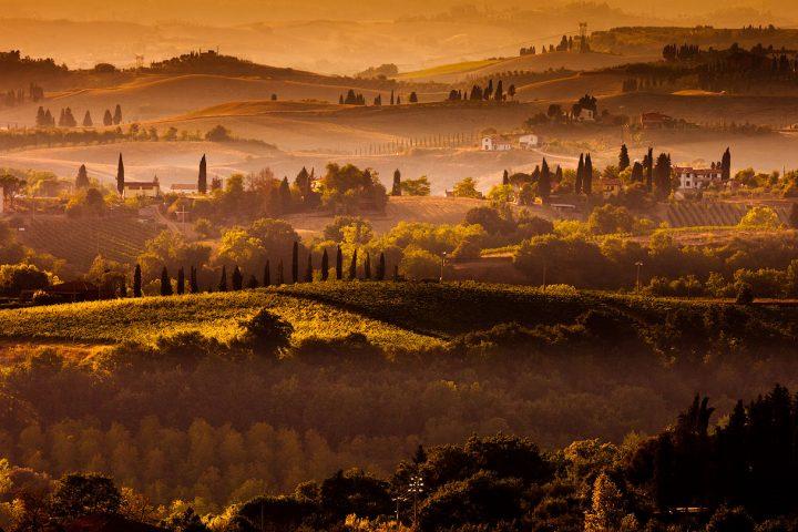 Een gouden zonsondergang boven het Toscaanse landschap in Italie