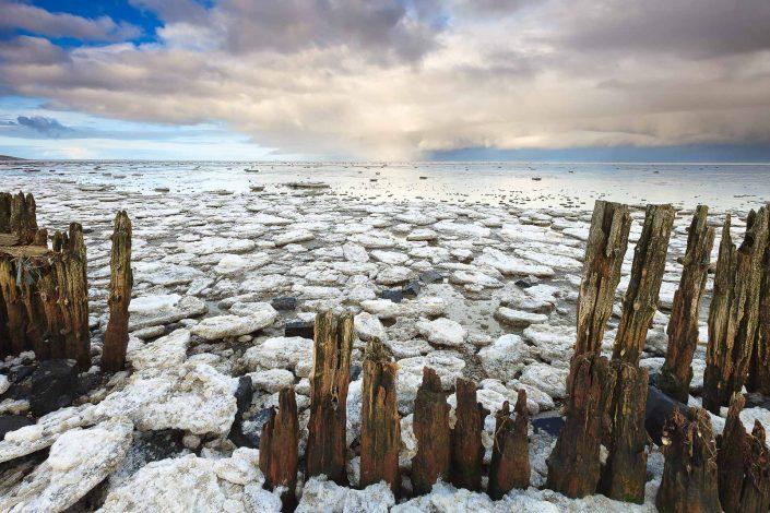 Winterlandschap - Winter wolken boven de Waddenzee - Typische koude arctische winterluchten boven de Waddenzee voren uit het noorden de sneeuwbuien aan.