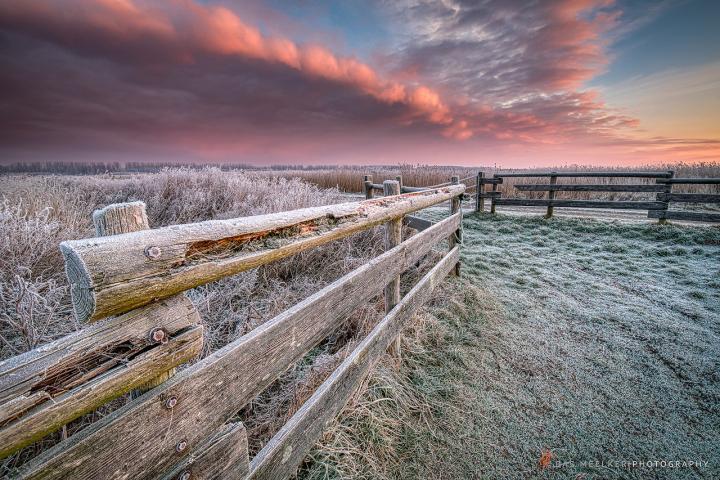 Een winters landschap in het Lauwersmeer Nationaal Park met rijp op de velden en een mooie ochtendlucht - Bas Meelker Landschapsfotografie