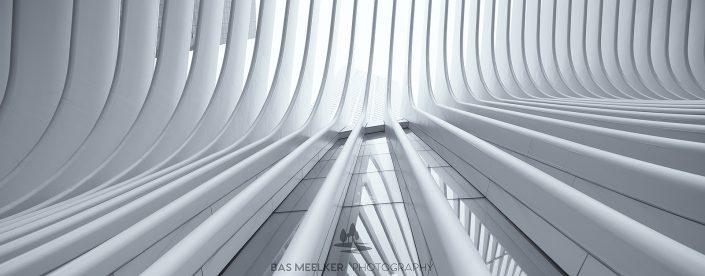 Een panorama van het Oculus World Trade Center Transportation Hub station bij Ground Zero in Manhattan, New York, USA. Moderne architectuur, gebouwd naar de aanslag op het World Trade Center in 2001.Moderne architectuur, gebouwd naar de aanslag op het World Trade Center in 2001.