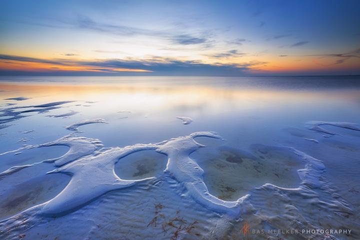 Het strand bij Workum in Friesland met een mooie zonsondergang boven het IJsselmeer