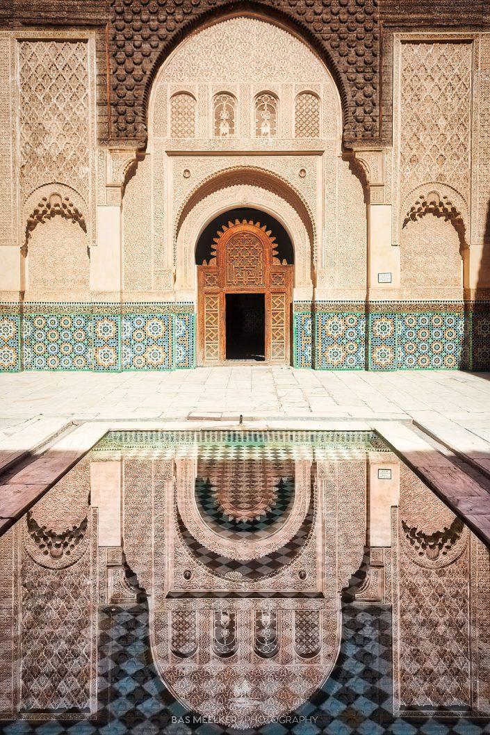 De Ben Youssef Madrasa koranschool in Marrakech, Marokko. Een prachtig voorbeeld van islamitische architectuur gebouwd rond 1570. De school ontwikkelde zich tot een van de belangrijkste Koranscholen in de islamitische wereld en met 900 studenten tot de gr