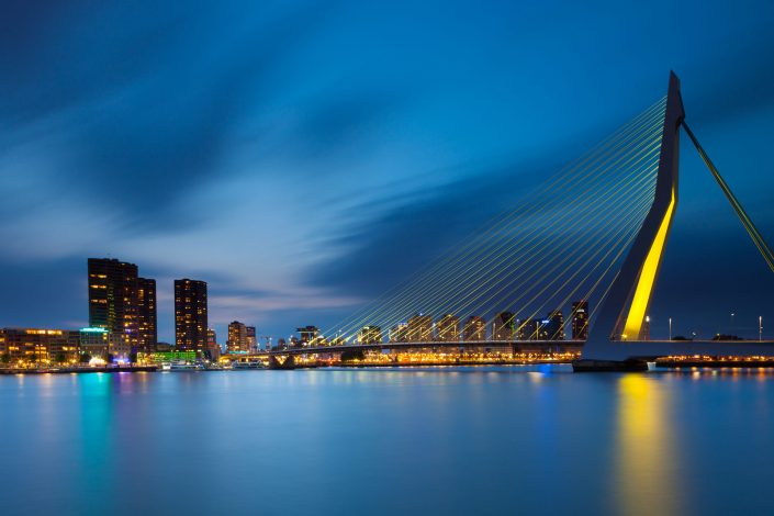 Een cityscape van Rotterdam met de Erasmusbrug