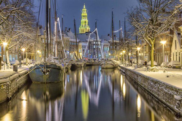 Sneeuw bij Winter Welvaart bij de Hoge der A in de stad Groningen