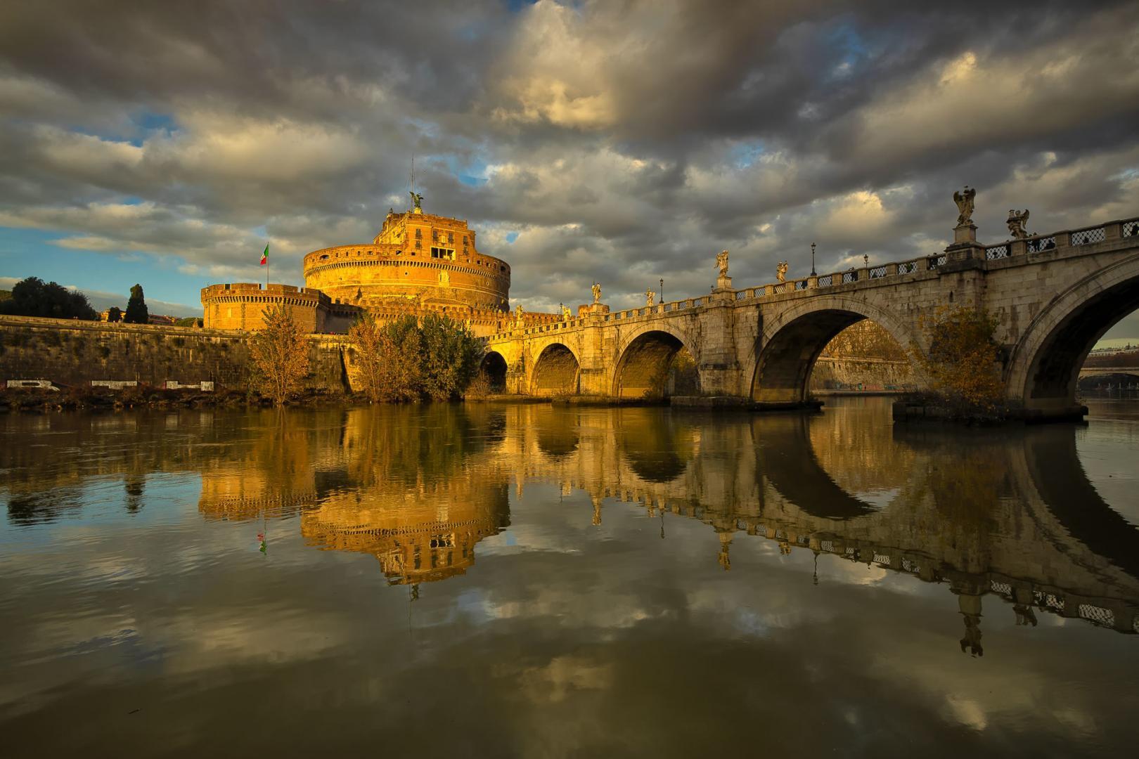 Warm winterlicht valt op Castel Sant'Angelo in Rome met de Ponte Sant'Angelo en de Tiber rivier op de voorgrond - Gemaakt met de Canon EOS R en Canon RF 15-35mm f/2.8 L IS op 18mm, f/10 en iso 100.