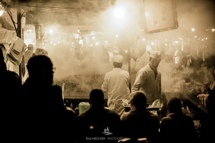 Etensstalletjes op het Djemaa el Fna plein in Marrakesh in Marokko. Je kunt er in de avond heerlijk eten tussen de toeristen en de locale bevolking. Het is het Centrale plein in de oude stad in Marokko.