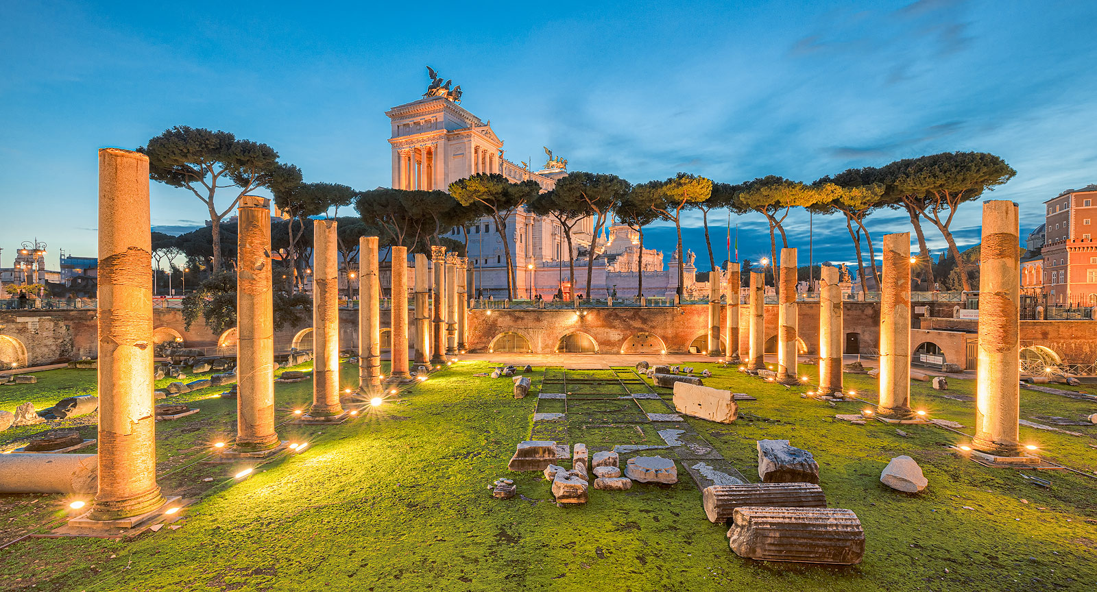 Beeldbewerking - The Ruins of Roman's forum in Rome with a beautiful colorful sky in the background - Rome, Italy - Travel image