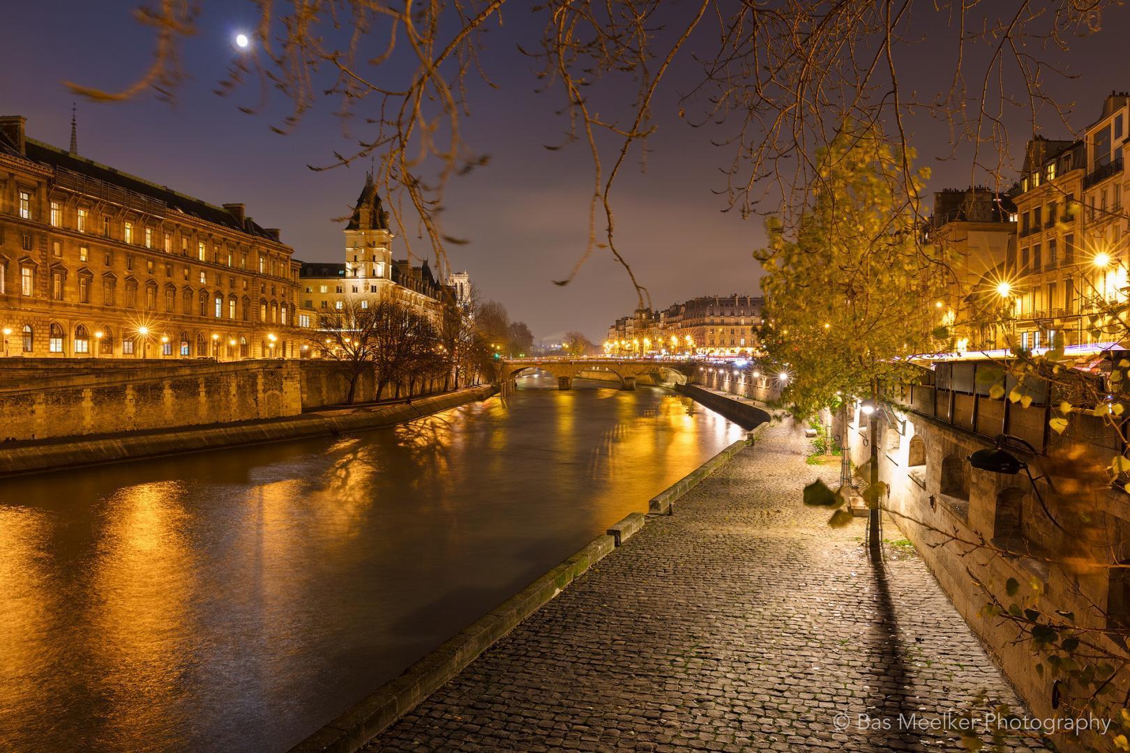 Parijs bij nacht met ene blik op de Seine - Bas Meelker landschapsfotografie