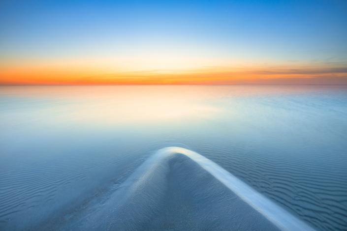 Landschapsfoto van een zonsondergang boven het IJsselmeer bij Workum in Friesland