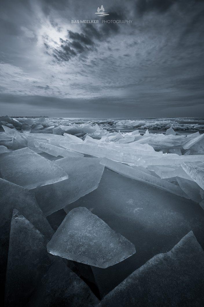 Kruiend ijs in de winter op het IJsselmeer. Als het IJsselmeer bevroren is en het gaat dooien breekt het ijs in brokken uiteen. De wind stuwd de ijsschotsen richting de kust waar hopen kruiend ijs voor mooie winterse landschappen zorgen.