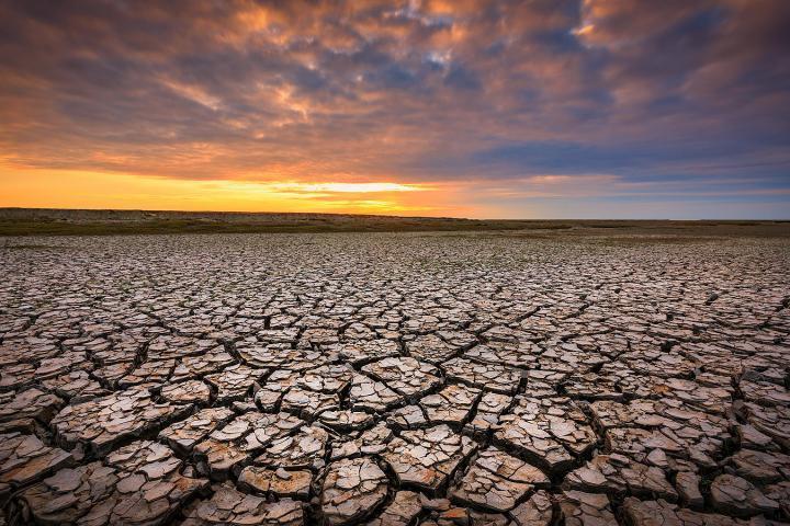 Droogte aan de Groningse Waddenkust tijdens zonsondergang