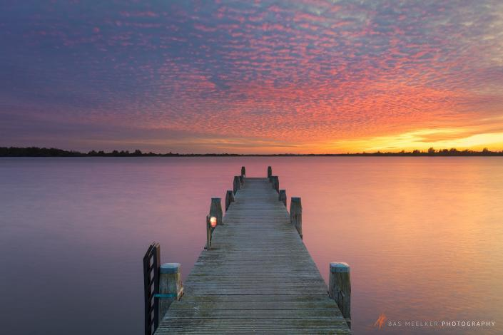 Een spectaculaire zonsondergang op de laatste dag van oktober boven het Lauwersmeer