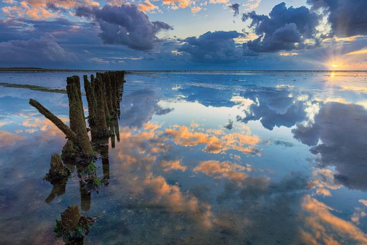 Prachtige weerspiegelingen boven de Waddenzee op een mooie zonsondergang in mei - Bas Meelker Landschapsfotografie