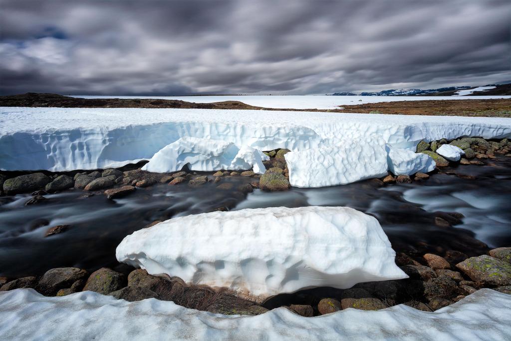 Snow on the Hardangervidda plateau - Norway - Canon EOS 5Dsr + Canon EF 16-35mm f/4 L IS at 16mm, f/18, 10 sec. op iso 100. Statief, draadontspanner en Lee ND6 hard grad + Lee Little Stopper.