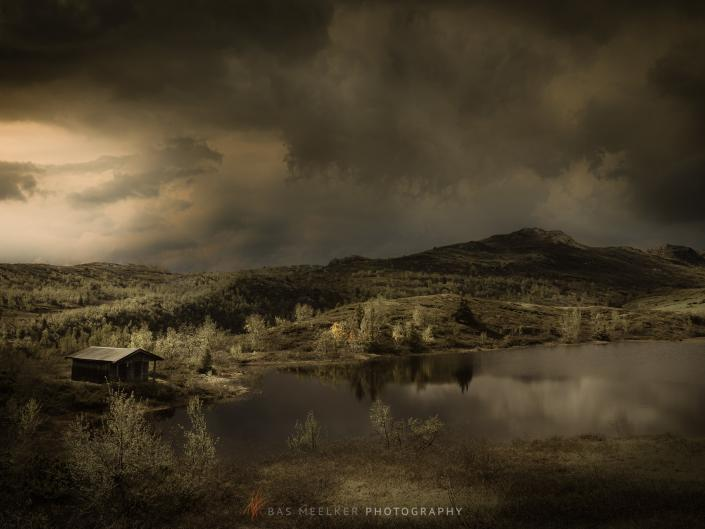 Schilderachtig landschap in Noorwegen met dreigende regenwolken.