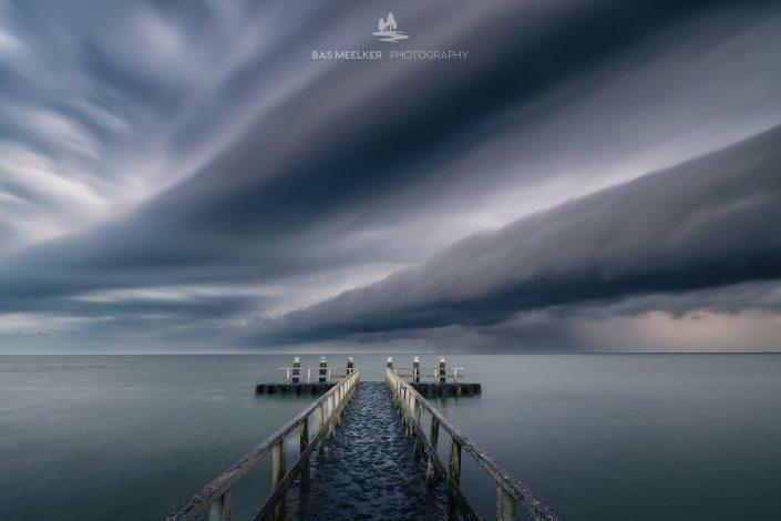 Een mooie shelfcloud trekt over het IJsselmeer en zorgt voor een spectaculaire wolkenlucht. In de verte hoor je het onweer.