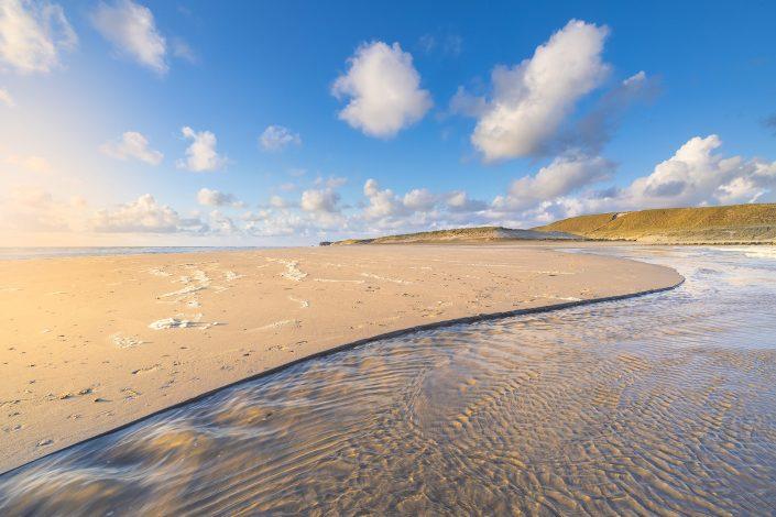 Het strand bij Hargen aan Zee bij laag water met een mooie zonsondergang. Het heldere licht geeft de kleuren een frisse en sfeervolle uitstraling.