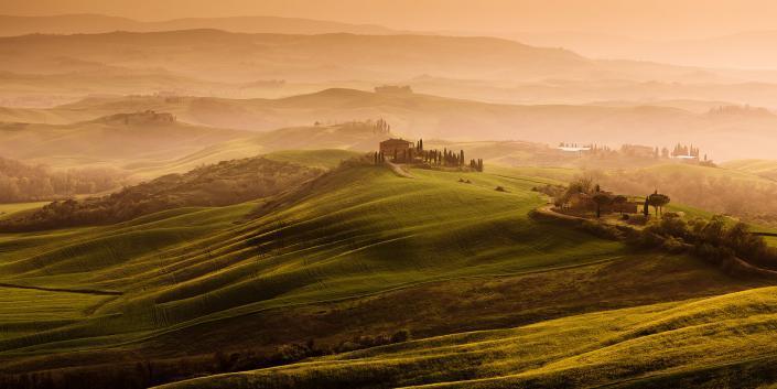 Toscane - Een prachtig Toscaans heuvel landschap in Italië met warm licht over de heuvels