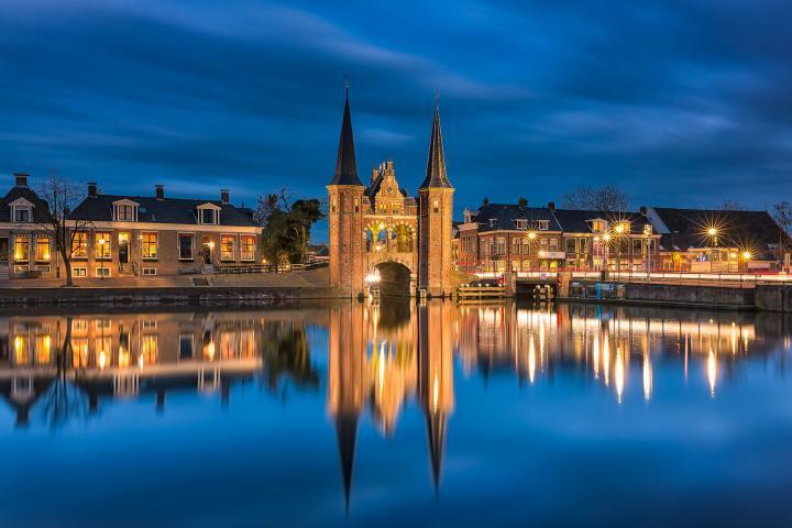 Waterpoort in Sneek in Friesland tijdens de schemering op een mooie avond