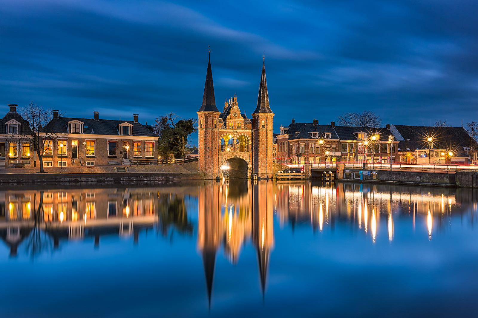 Foto apparatuur - Waterpoort in Sneek in Friesland tijdens de schemering op een mooie avond