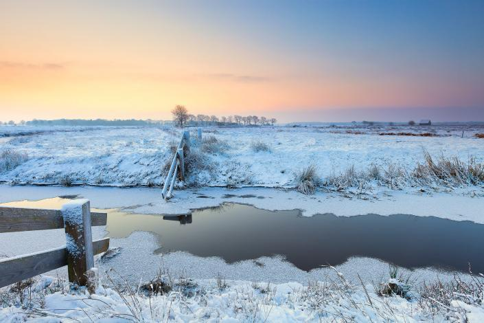 Winter landschap in Lieveren in Drenthe met sneeuw en een mooie zonsopkomst