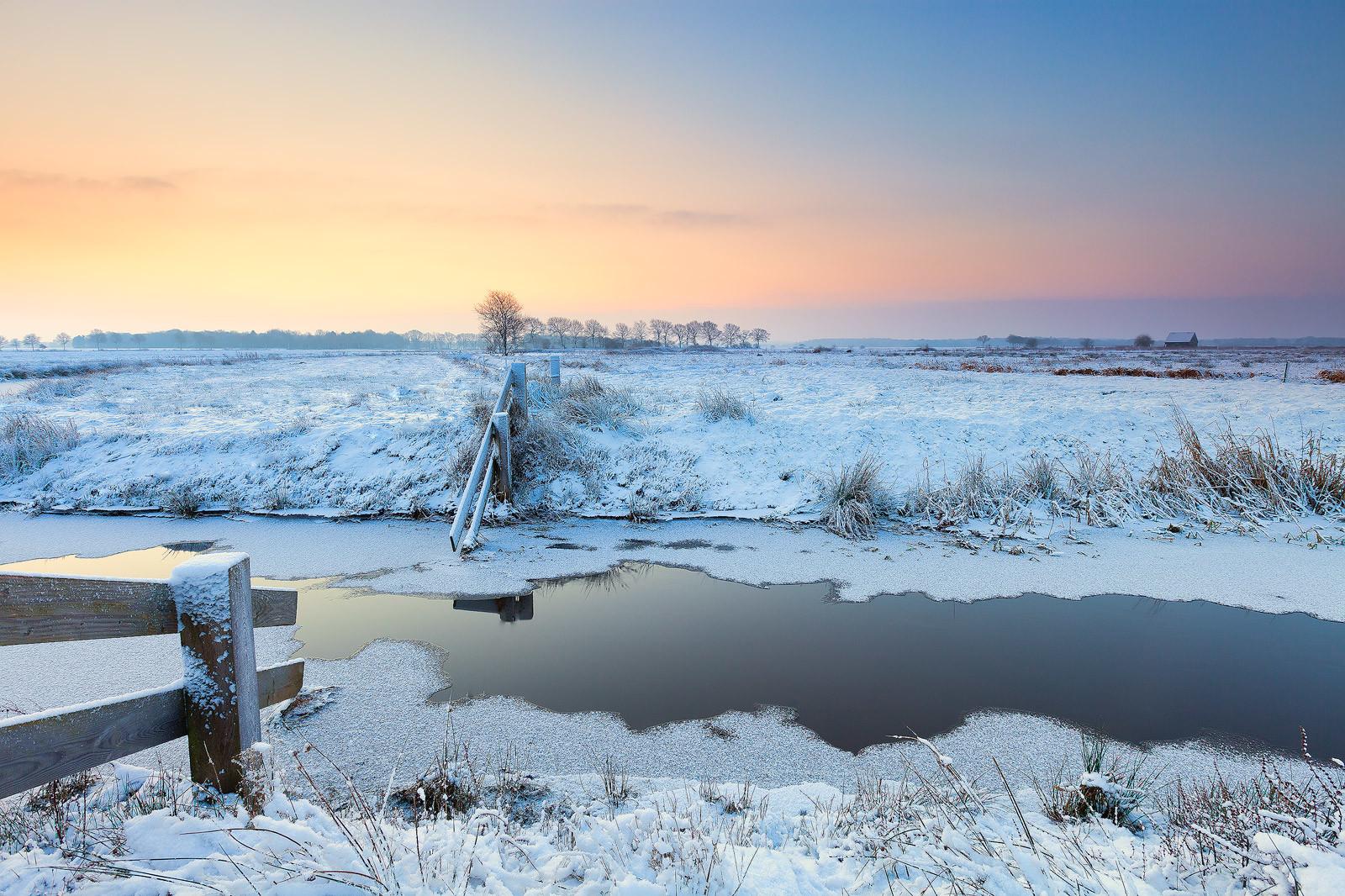 Tips voor landschapsfotografie -Winter landschap in Lieveren in Drenthe met sneeuw en een mooie zonsopkomst