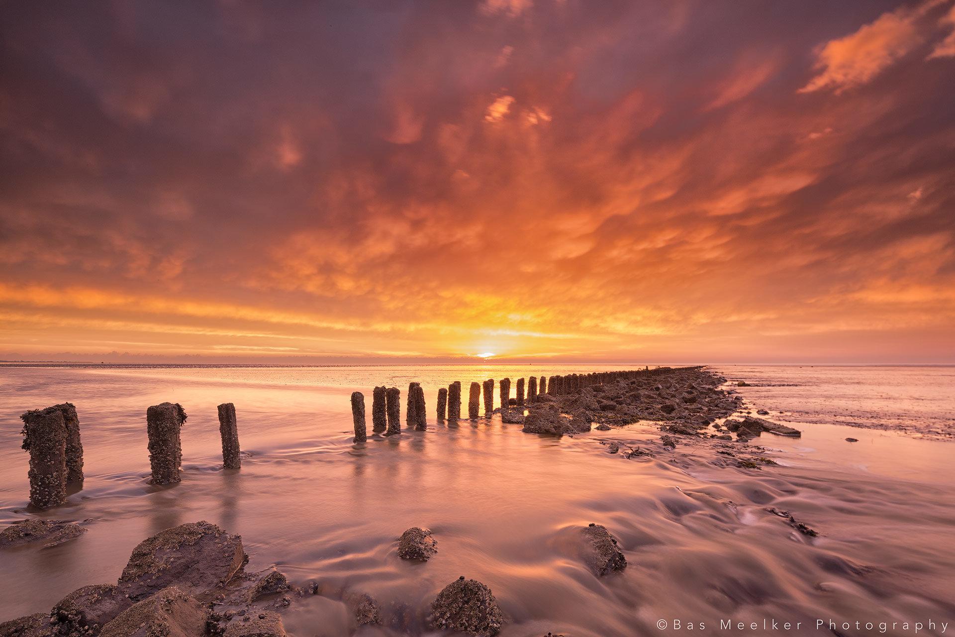 Avondrood boven de Waddenzee bij terugtrekkend tij - Lauwersoog