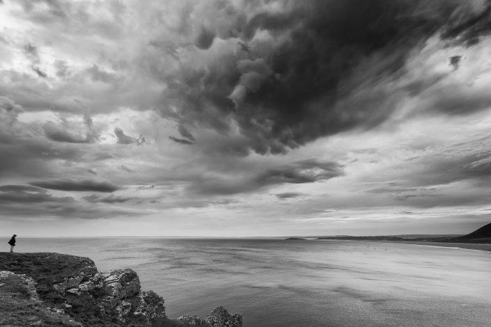 Zwart wit opname van de kust van Wales in de UK