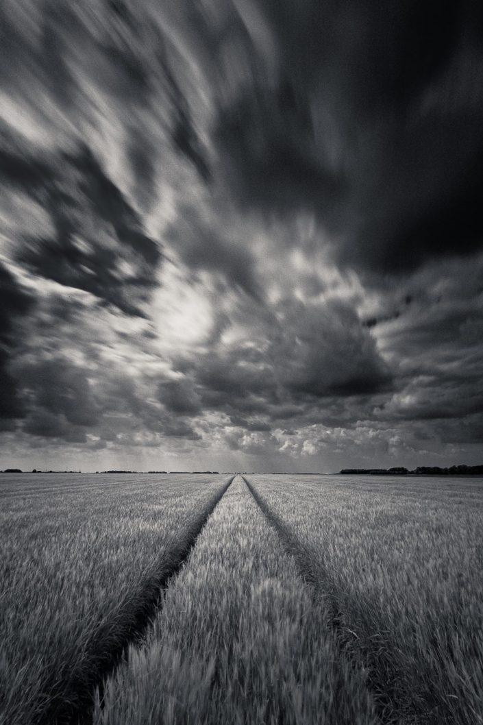Zwart wit opname van het Hoge land van Groningen met een lange sluitertijd