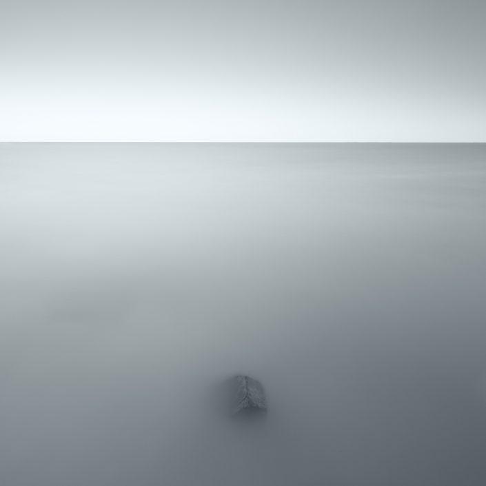 Zwart wit opname van het IJsselmeer met een lange sluitertijd