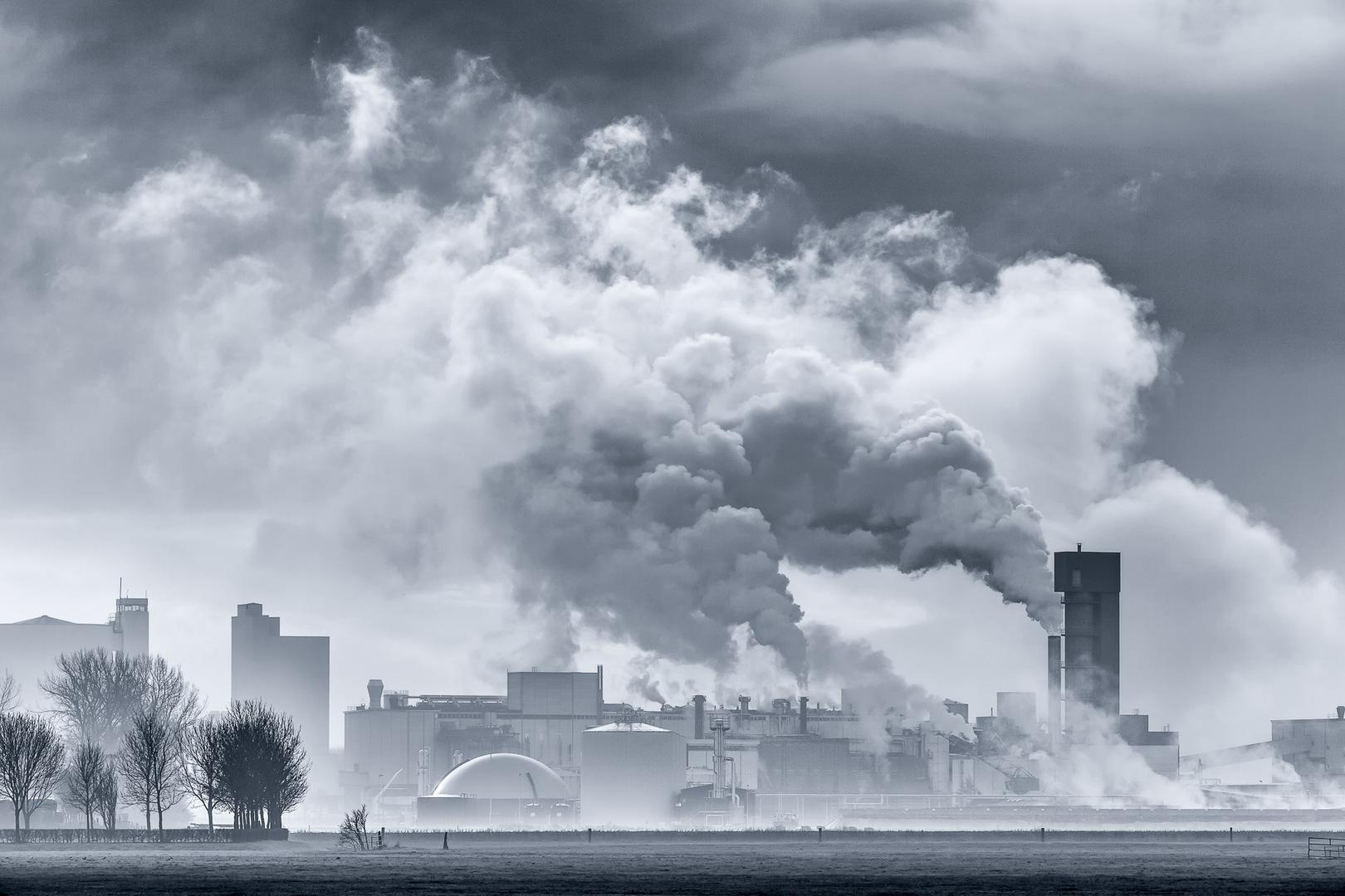 De suikerfabriek in Hoogkerk tegen een dramatische wolkenlucht