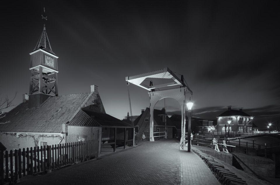 Zwart wit opname van Hindeloopen bij nacht
