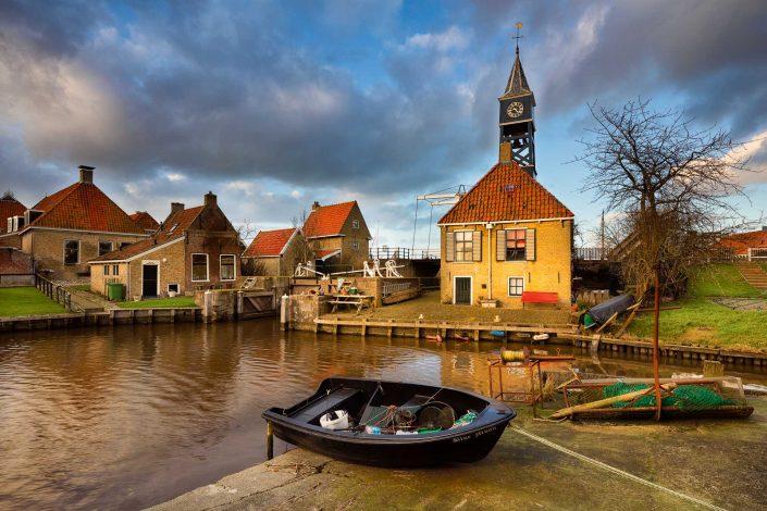 Holland licht op het oude Friese stadje Hindeloopen aan de Friese IJsselmeerkust