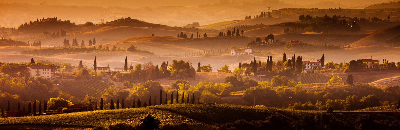Reviews fotoapparatuur landschapsfotografie - Een gouden zonsondergang over het Toscaanse landschap