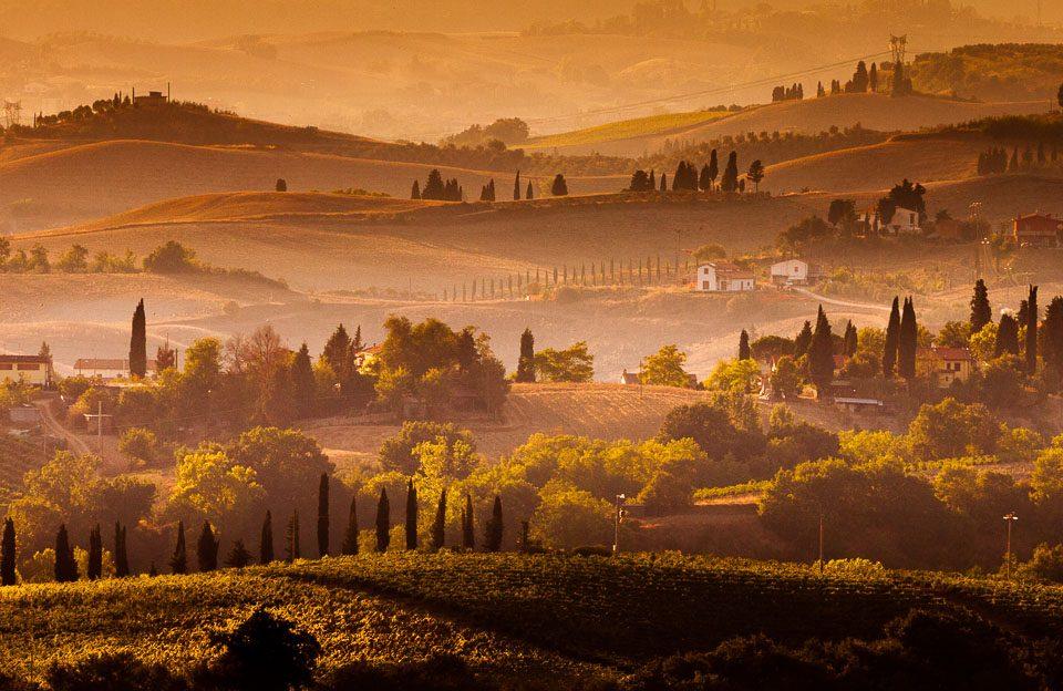 Een gouden zonsondergang over het Toscaanse landschap