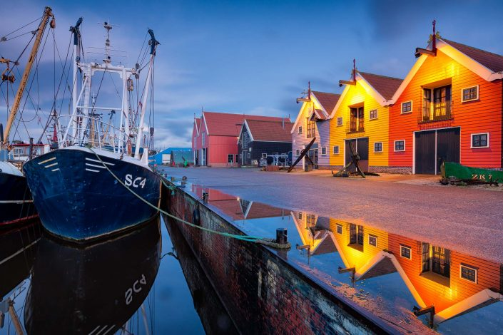 De haven van Lauwersoog met zijn typische gekleurde pakhuisjes