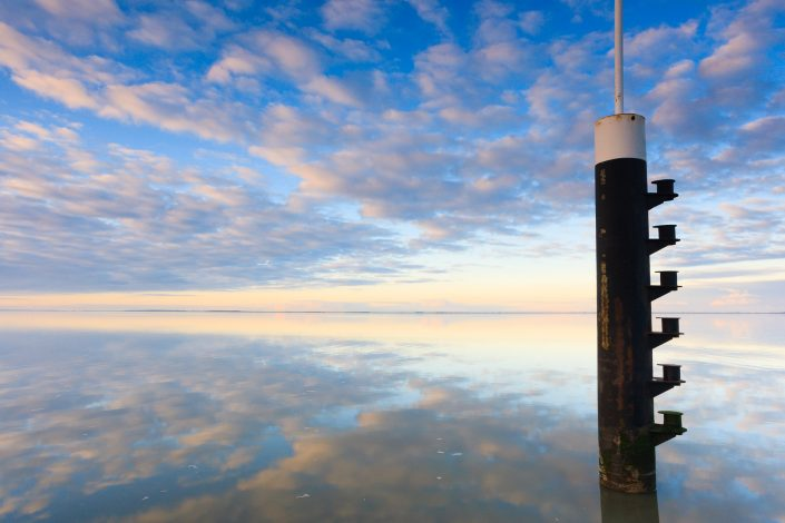 Een windstille dag aan de Waddenzee met weerspiegelingen in het vlakke water - Bas Meelker Landschapsfotografie
