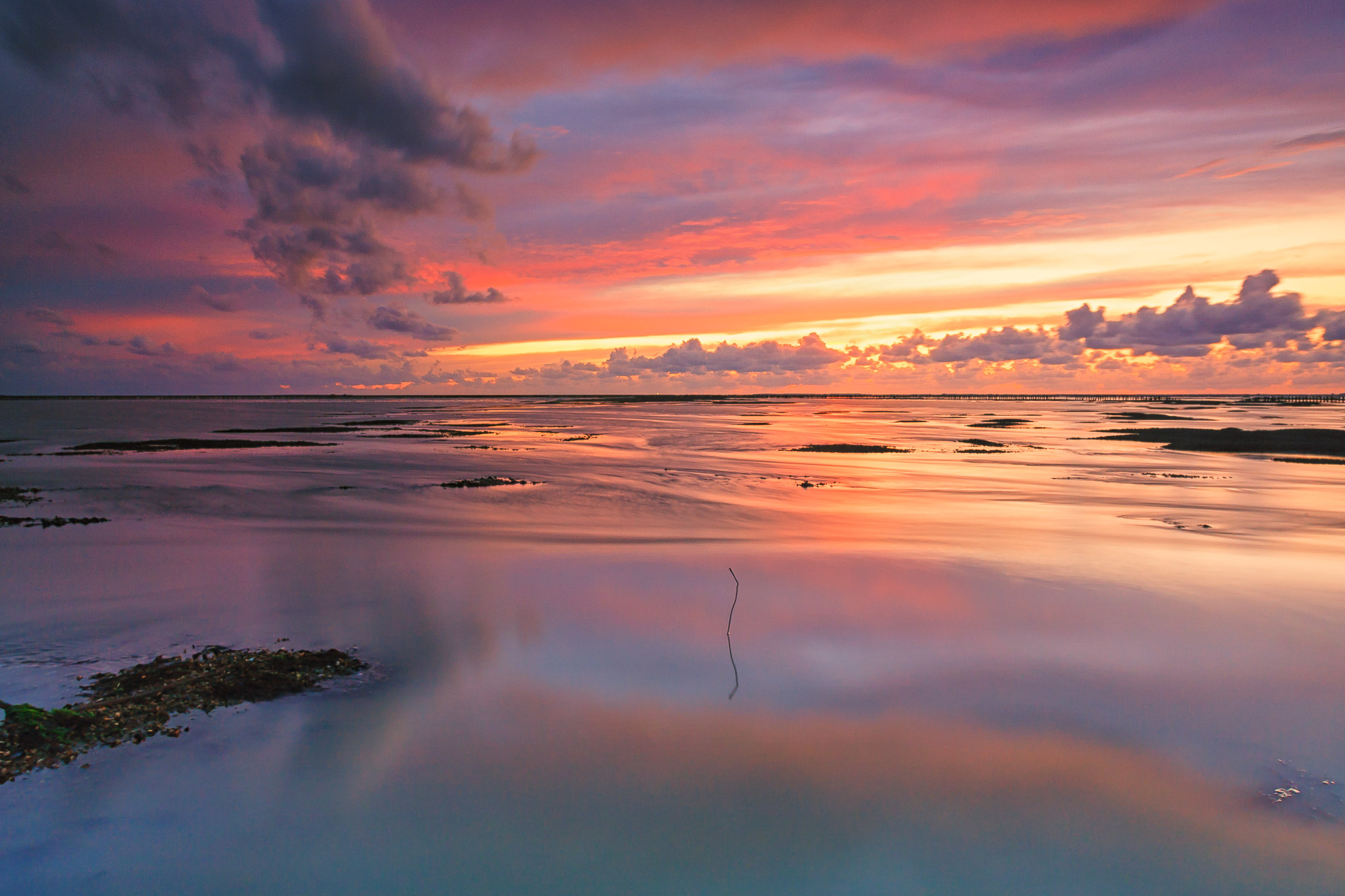 Een spectaculaire zonsondergang boven de Waddenzee bij Ternaard in Friesland - Bas Meelker Landschapsfotografie