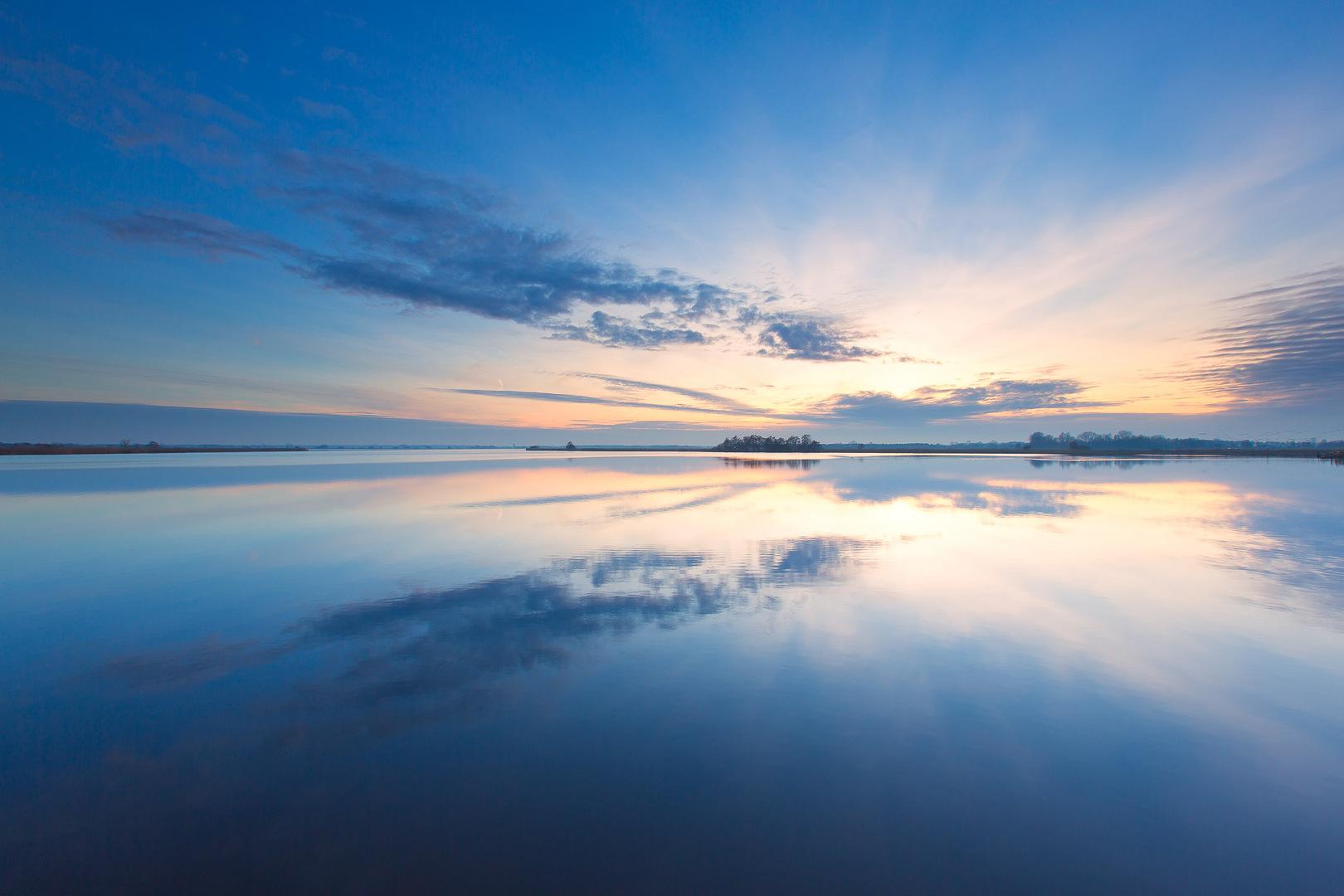 Landschapsfotograaf - Een kalme en windstille zonsondergang boven het Leekstermeer - Bas Meelker Landschapsfotografie