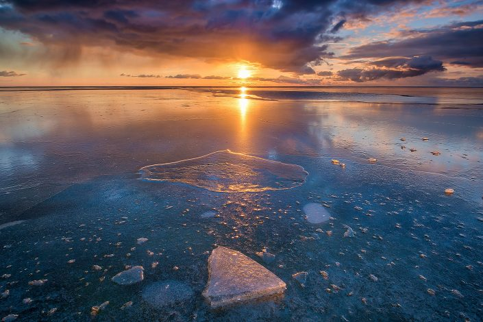 Een bevroren IJsselmeer met prachtig licht bij zonsondergang - Workum, Friesland - Bas Meelker Landschapsfotografie