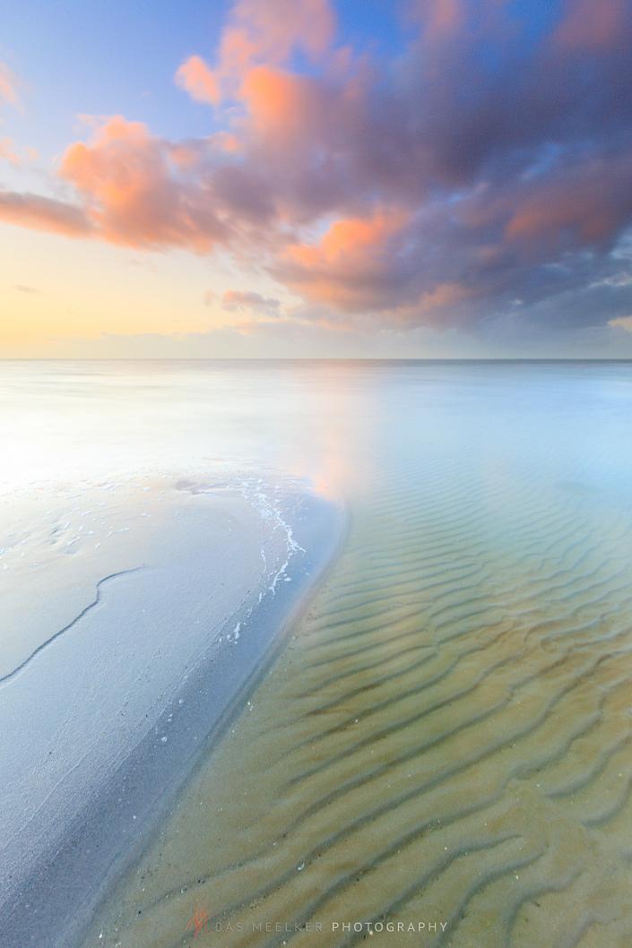 Een heerlijke zomeravond op het strand aan zee met een zonsondergang