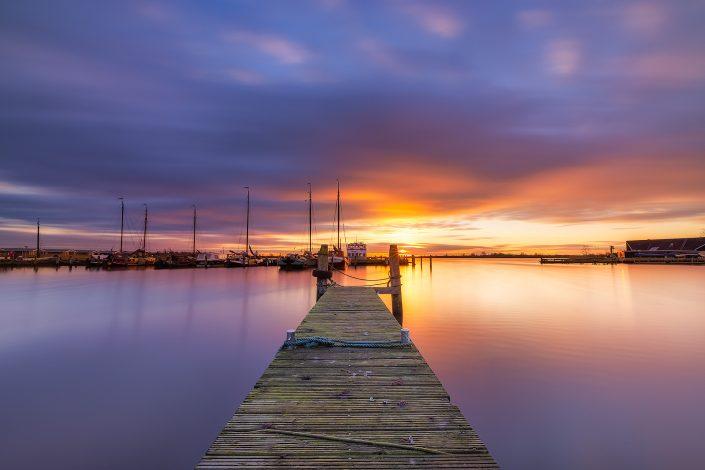 Zonsondergang bij de museumhaven in Lauwersoog