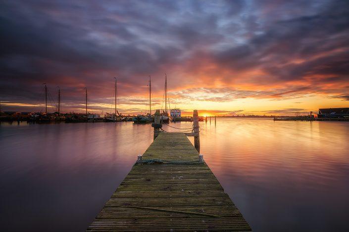Zonsondergang bij de museumhaven in Lauwersoog op een mooie avond